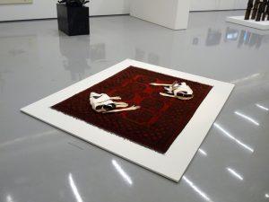 """""""So, wie Du uns haben willst"""" Farbstift, Aquarell auf Papier, Garn, Teppich, 152 x 196 x 11 cm, 2014"""
