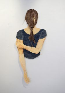 ohne Titel (Frau mit Zopf vor dem Gesicht), Farb- und Bleistift, Aquarell auf Papier, Garn, ca. 90 x 40 x 5 cm 2019 (c) Iris Christine Aue